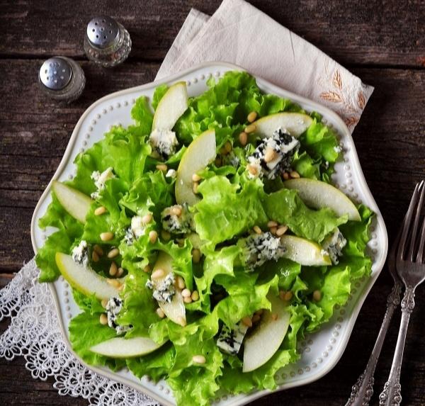 Салат из груши, дор-блю и кешью