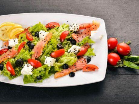Салат с лососем и сыром фета